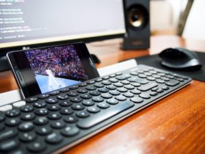 PC and smartphone are shown